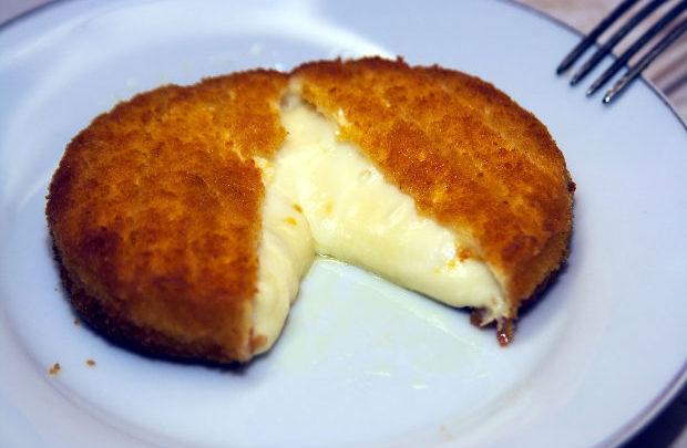 El sem tudod képzelni mit talált ki ez a háziasszony: önmagát forgatja a rántott sajt