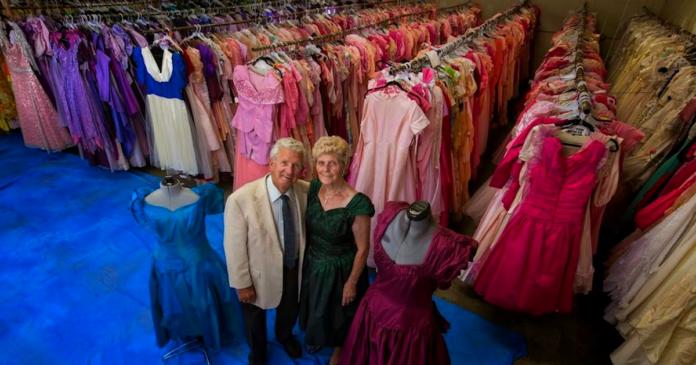 Ő egy igazi férfi! 56 év házasság folyamán, 55 ezer ruhát vett a feleségének a férj!