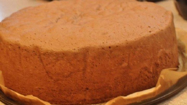 Vizes piskóta: gyönyörű magas lesz, és még sütőport sem kell tenni bele!