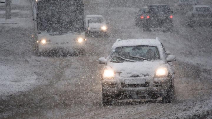 Egyre komolyabb a helyzet: már a fél országra riasztás érkezett a havazás miatt