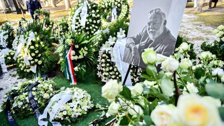 Végső búcsút vettek Andy Vajnától: Vajna Tímea térdre esve búcsúzott férjétől, Schwarzenegger is beszédet mondott