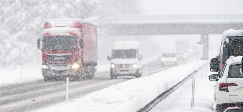 Riasztást adtak ki: havazással jönnek a mínuszok