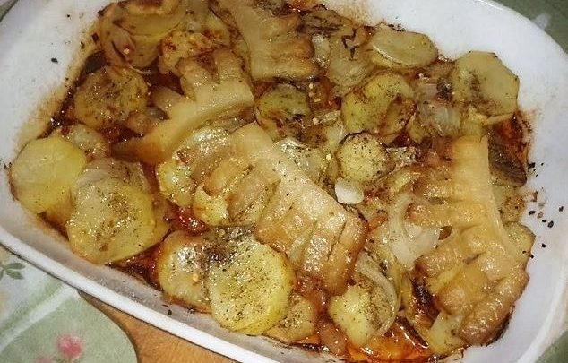 Betyárkrumpli: füstölt szalonnával, kolbásszal és hagymával, ez aztán egy igazi magyaros menü