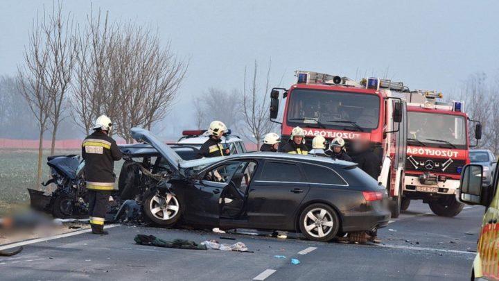 Nem rég érkezett a hír: brutális baleset a 4-es főúton, harcolnak a sérültekért