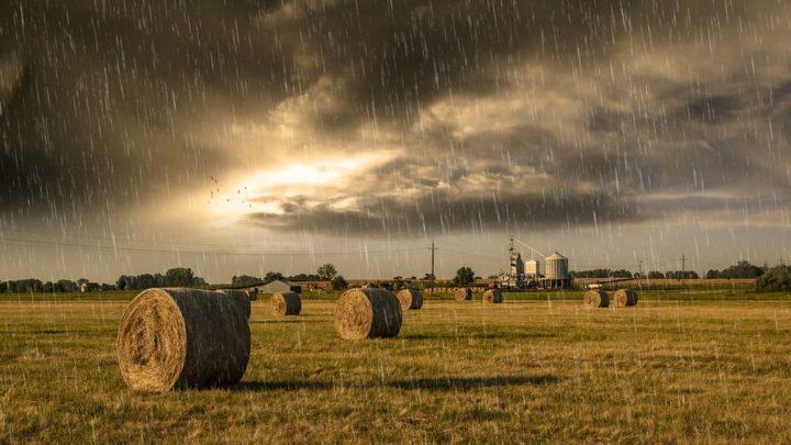 A fél országot elmossa az eső a hétvégén – térképen követheted, hol várható a legtöbb eső